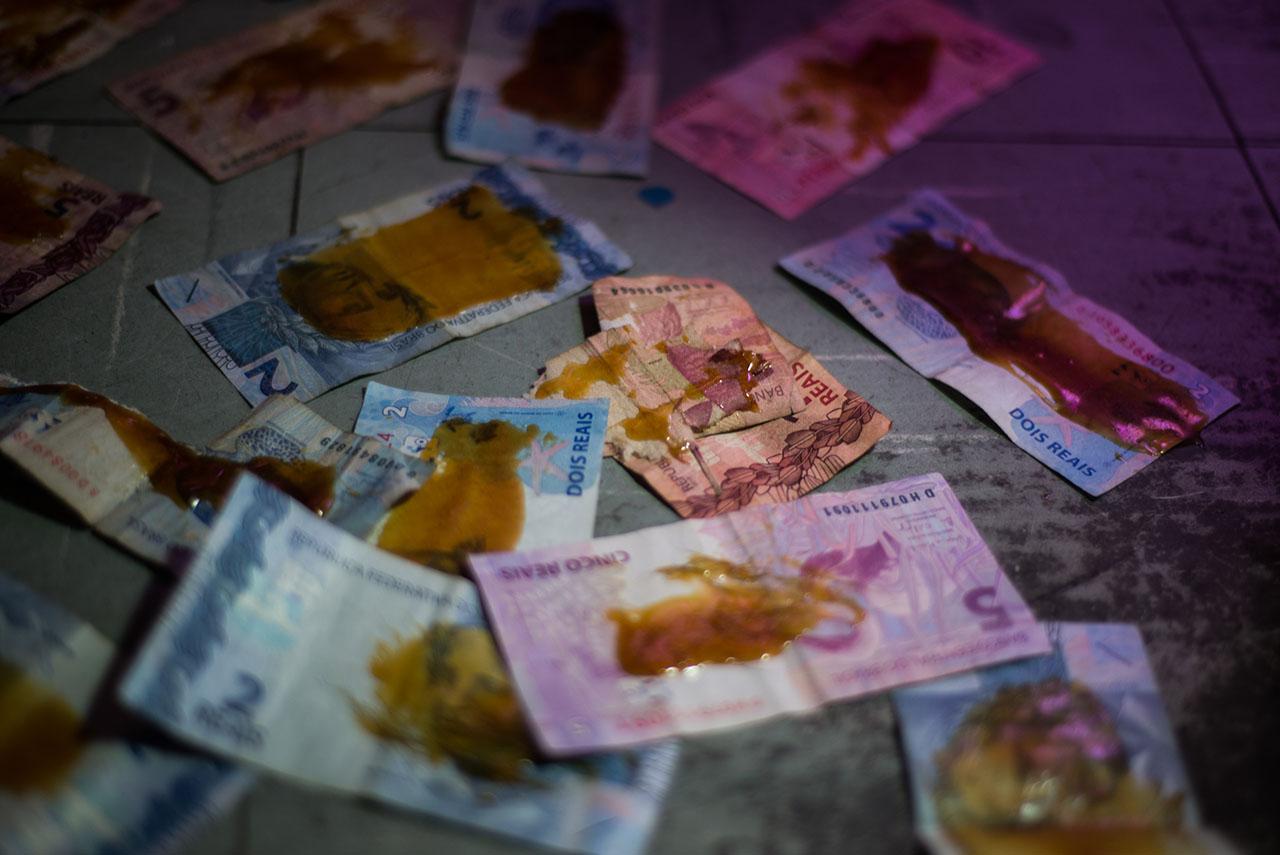Notas de dinheiro sujas com melado